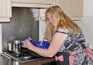 vrouw aan het koken