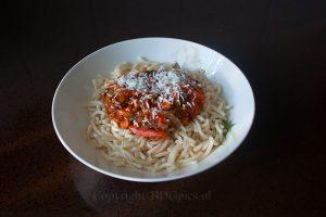 Spaghetti met saus en kaas