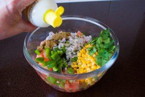 Salade; citroen bij salade; flesje met citroensap; citroensap