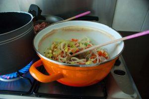 Groenten in pan; soeppan met groenten; Italiaanse groenten bakken