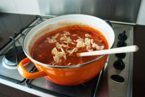 Italiaanse soep; farfalle in tomatensoep; pasta-bonensoep