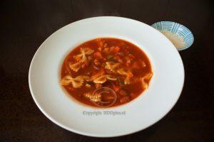 pasta-bonensoep; soep met Parmezaanse kaas; Italiaanse soep; pasta-bonensoep met Parmezaanse kaas