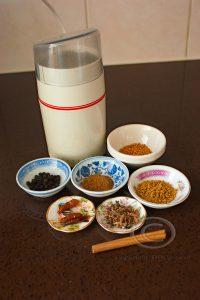 Koffiemolen met specerijen; specerijen; Indiase specerijen; Aziatische specerijen