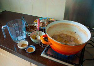 Vlees bakken; curry maken; pork vindaloo