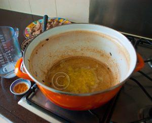 Pork vindaloo; pan met knoflookpuree