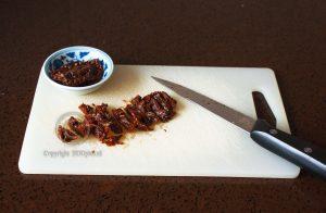 Zongedroogde tomaten; stukjes gedroogde tomaat; gedroogde tomaat snijden; Jamie Oliver